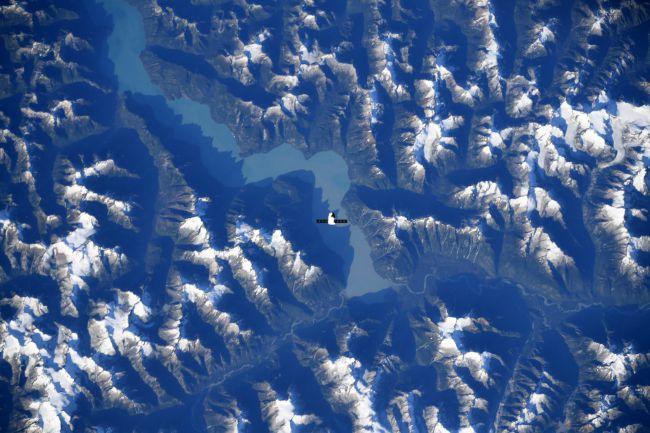 宇航员克里斯蒂娜科赫拍摄了这张SpaceX Dragon飞越加拿大山脉的图像。 (图片来源:Christina Koch /推特)
